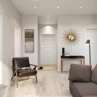Серый диван в светлой гостиной панельного дома