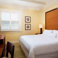 Интерьер спальни с желтыми стенами