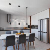 Кухня с обеденной зоной в городской квартире
