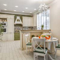 Бежевая скатерть на кухонном столе