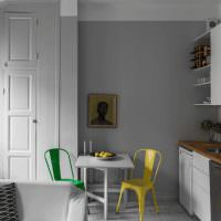 Яркие стулья в серой кухне