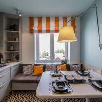 Полосатые римские шторы на окне кухни