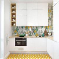 Желтый коврик в дизайне маленькой кухни