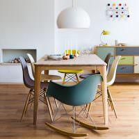 Обеденная зона с интересными стульями