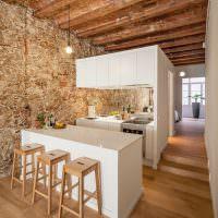 Каменная стена в длинной кухне