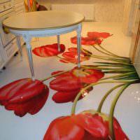 Красные тюльпаны на полу кухни