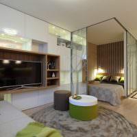 Кровать за стеклянной перегородкой в квартире-студии