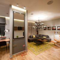 Зеркало на перегородке между кухней и гостиной