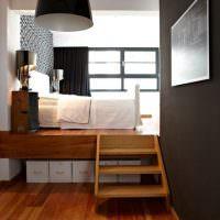 Коробки с вещами под подиумом с кроватью