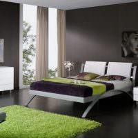 Акценты зеленого цвета в серой спальне