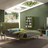 Дизайн спальни частного дома с окнами на потолке