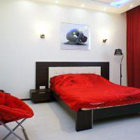 Красное кресло в современной спальне