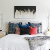 Разноцветные подушки на кровати в спальне