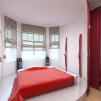 Красное покрывало на кровати в белой спальне