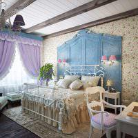 Нежно-фиолетовые шторы на окне спальни