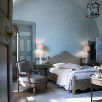 Бетонный пол в спальне с голубыми стенами