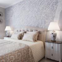 Светильники на прикроватных тумбочках в спальне супругов