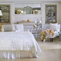 Кровать с белым покрывалом в просторной спальне
