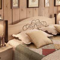 Четыре подушки на кровати в деревянном доме