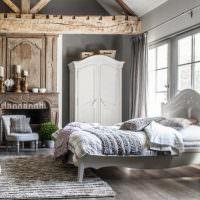 Просторная спальня с деревянной балкой