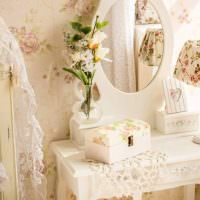Ваза с цветами на трюмо в спальне