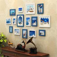 Синие рамки с фото на бежевых обоях