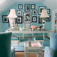 Бирюзовая стена с фотографиями в мансардной комнате