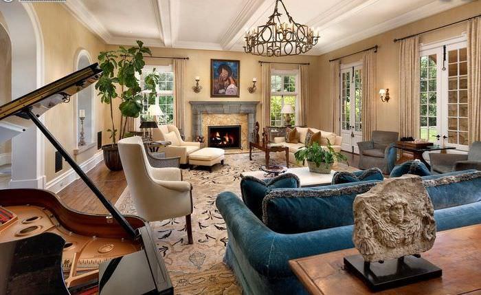 Темно-голубой диван в интерьере классической итальянской гостиной