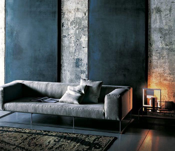 Серый диван около графитных стен гостиной