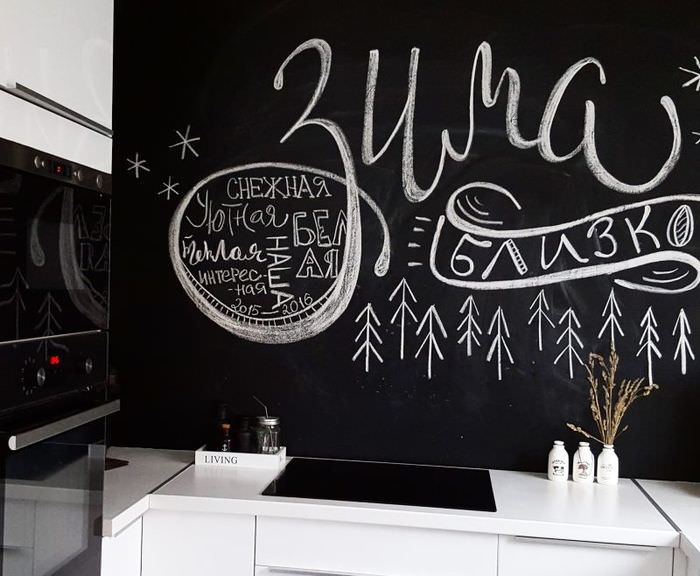 Надписи мелом на черной стене кухни