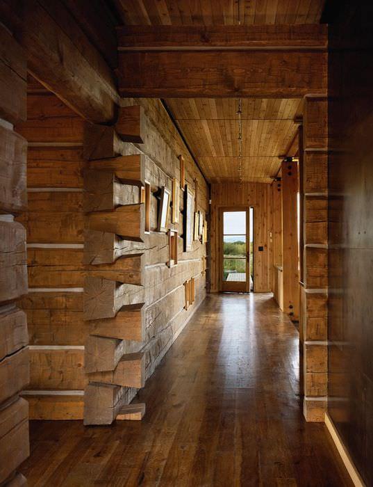 Оформление прихожей дома из бруса в старорусском стиле