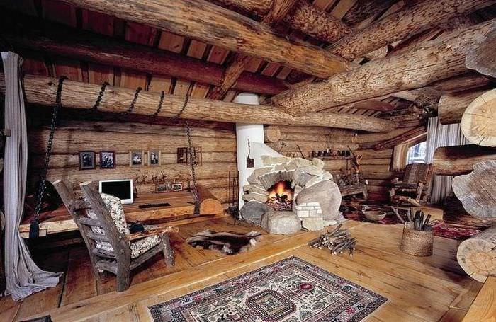 Интерьер бревенчатого дома с грубой отделкой