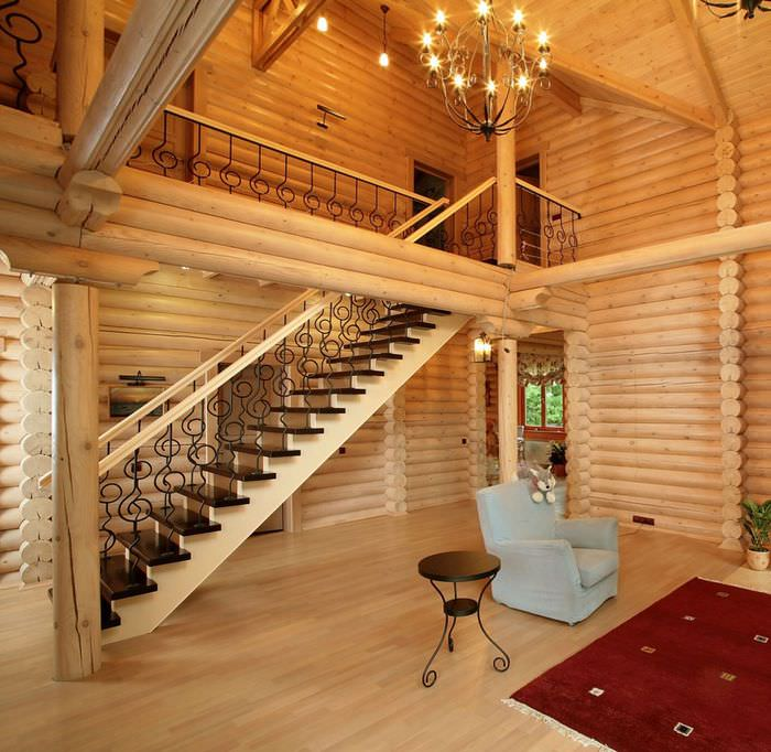 Лестница в холле бревенчатого дома