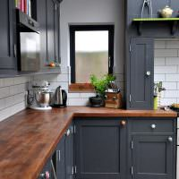 Серый гарнитур с деревянной столешницей