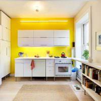 Желтая стена в белой кухне