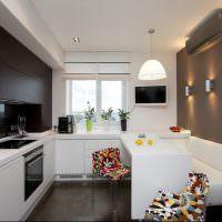 интерьер кухни с диваном в сером цвете