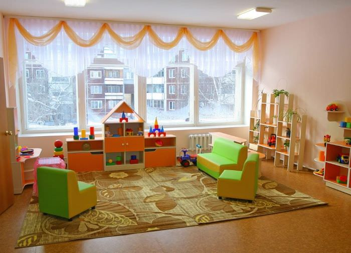 Ковер на полу игровой зоны в детском саду