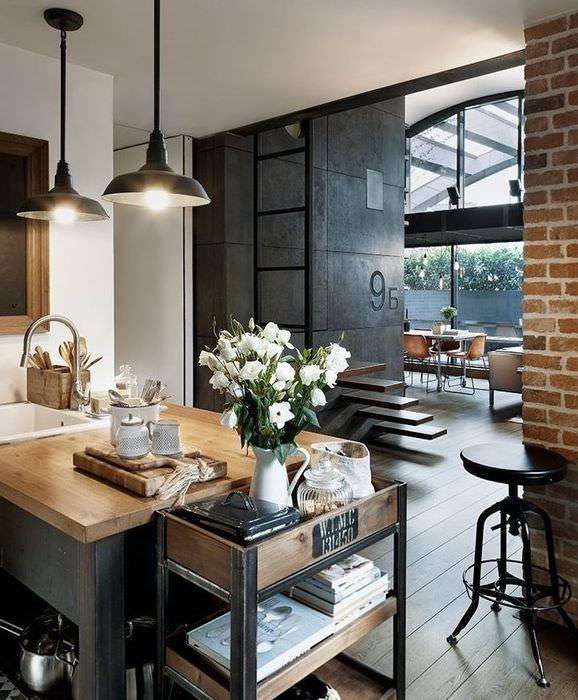Черные плафоны подвесных светильников на кухне в стиле лофт