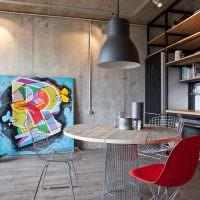 Красный стул перед круглым обеденным столом