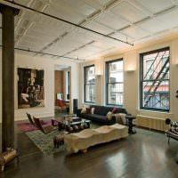 Светлый потолок в квартире без перегородок
