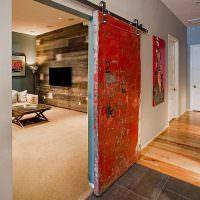Сдвижные двери в узком коридоре