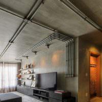 Открытые трубы коммуникаций на сером потолке