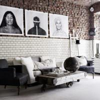 Декорирование кирпичной стены черно-белыми фотографиями