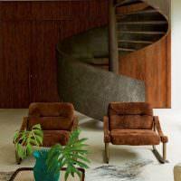 Ржавая поверхность железной лестницы винтового типа