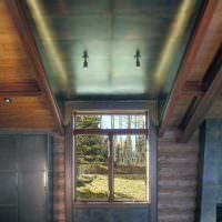 Темный потолок в холле загородного дома
