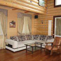 Угловой диван с полосатыми подушками