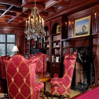 Красное дерево в интерьере зала частного дома