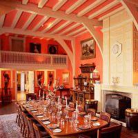 Розовые стены в дизайне гостиной