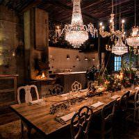 Хрустальные люстры над обеденным столом