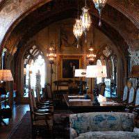 Столовая в частном доме замкового стиля